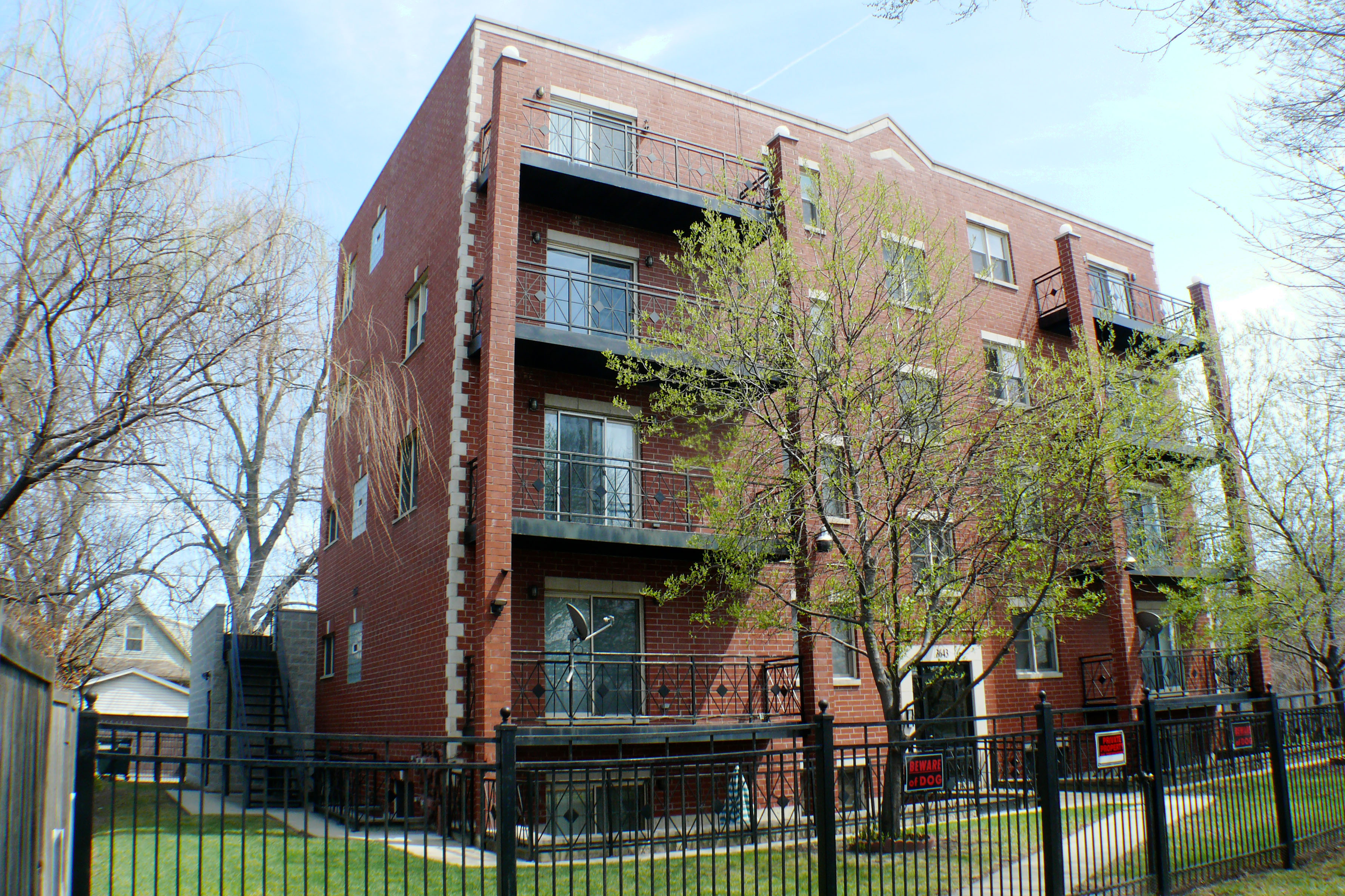 Chicago condo for sale an amazing space inside and out for Amazing houses inside and out